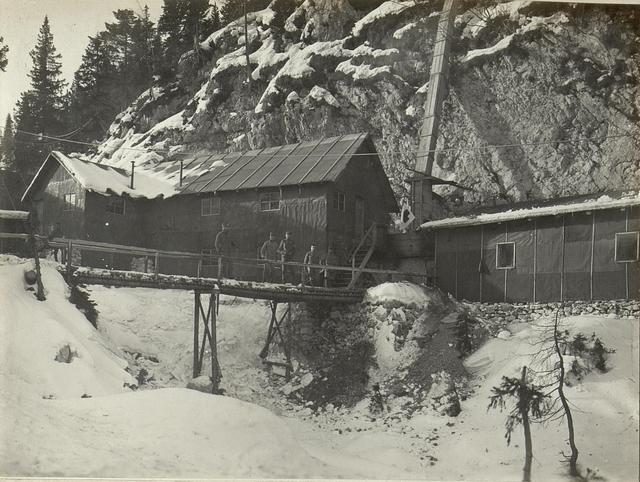 Hilfsplatz. Links Badeanstalt, Mitte Entlausungsofen und Warmwasseranlagen, wo durch die Holzrinnen Schnee eingeführt wird.