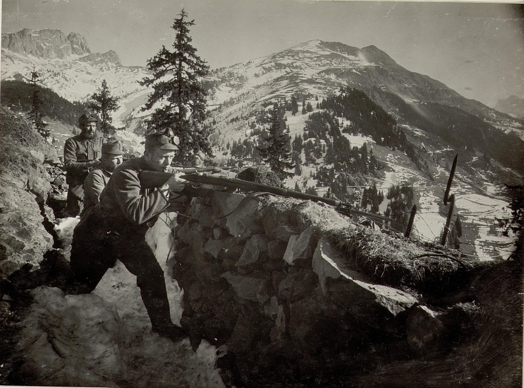 https://cdn8.picryl.com/photo/1914/12/31/infanteriestellung-am-cherzplateau-mit-dem-col-di-lana-im-hintergrunde-aufgenommen-c57038-1024.jpg