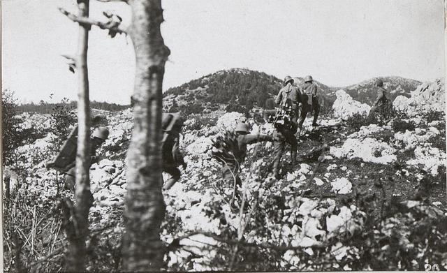 Inftr.Geschütz wird am Bainsizza Plateau in Stellung gebracht.