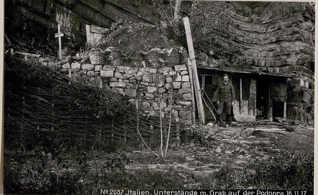 Italienische Unterstände mit Grab auf der Podgora