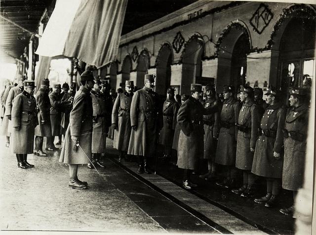 Kaiser Karl I., Besuch  in Trient: Empfang am Bahnhof. (ganz links: Generalmajor Karl Soos von Bavok, Generalstabschef der 11. Armee; hinter Erzherzog Eugen: Generaladjutant Feldmarschallleutnant von Marterer)