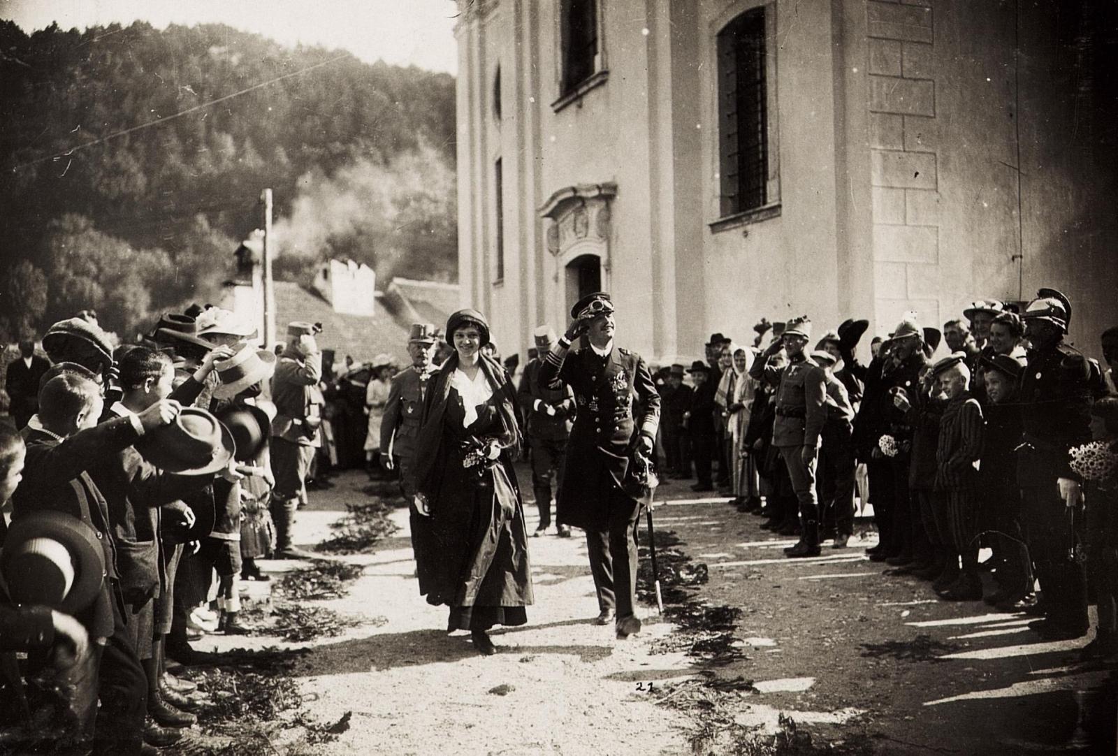Kaiser Karl I. und Kaiserin Zita in Postojna (Adelsberg) am 3. Juni 1917. Vom 1. Juni 1917 bis zum 6. Juni 1917 bereiste Karl I. die Isonzofront, Istrien, Kärnten und Vorarlberg