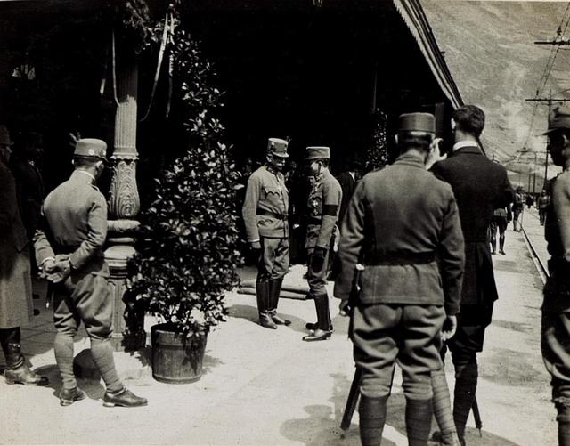 Kaiserbesuch in Bozen, vor der Abfahrt des Zuges spricht Kaiser nochmals mit Exzellenz von Roth. Die Szene wird von einem Filmer festgehalten.