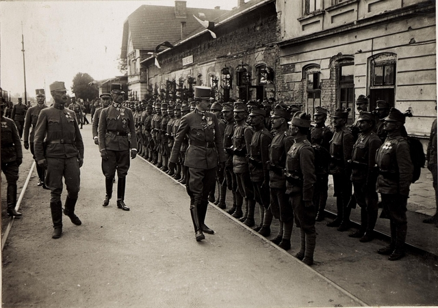 Karl I. in Galizien während der Gegenoffensive, die von Mitte Juli 1917 bis Anfang August andauerte. Hier trifft er am 22. Juli in Busk ein.  Gemeinsam mit dem Generalobersten Böhm Ermolli schreitet Karl das Ehrenspalier ab