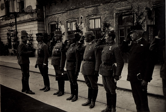 Karl I. in Galizien während der Gegenoffensive, die von Mitte Juli 1917 bis Anfang August andauerte. Hier trifft er am 22. Juli in Busk ein und wird vom Generaloberst Böhm Ermolli begrüßt.
