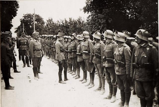 Karl I. in Galizien während der Gegenoffensive, die von Mitte Juli 1917 bis Anfang August andauerte. Bei der Inspektion von Truppen in der Gegend von Busk