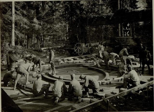 Küsten Haubitzen L/15, Batterie 3, Stellung im Lesachtal. Bettungsring wird niedergeschraubt. Aufgen.am 15.August 1916.