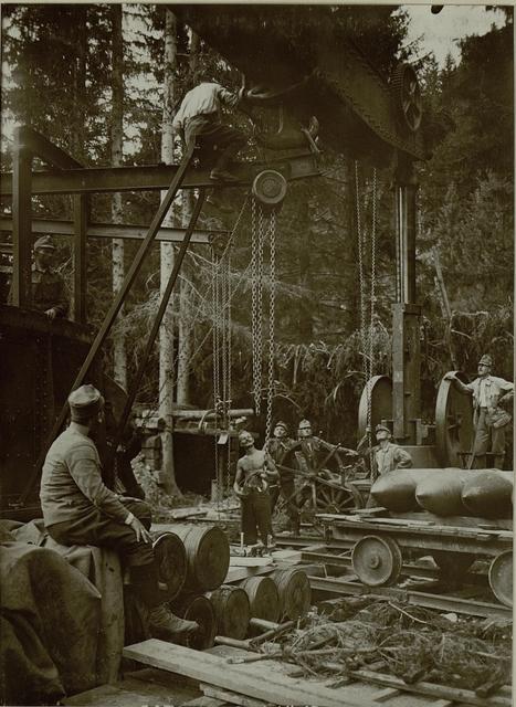 Küsten Haubitzen L/15, Batterie 3, Stellung im Lesachtal. Katze wird vom grossen Kran auf den Geschützkran übertragen. Aufgenommen am 20. August 1916.