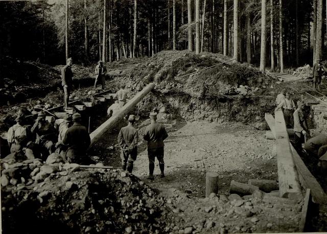 Küsten Haubitzen L/15, Batterie 3, Stellung im Lesachtal. Pölzung der Schienen. Aufgenommen am 15. August 1916.