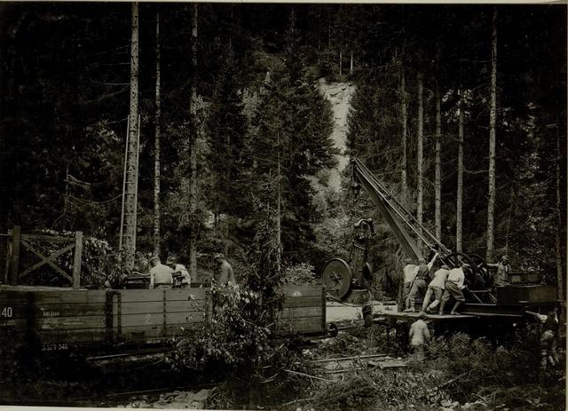 Küsten Haubitzen L/15, Batterie 3, Stellung im Lesachtal. Postamentwagen für den Kran wird mittels Lorikran vom Wagen gehoben. Aufgenommen am 15. August 1916.