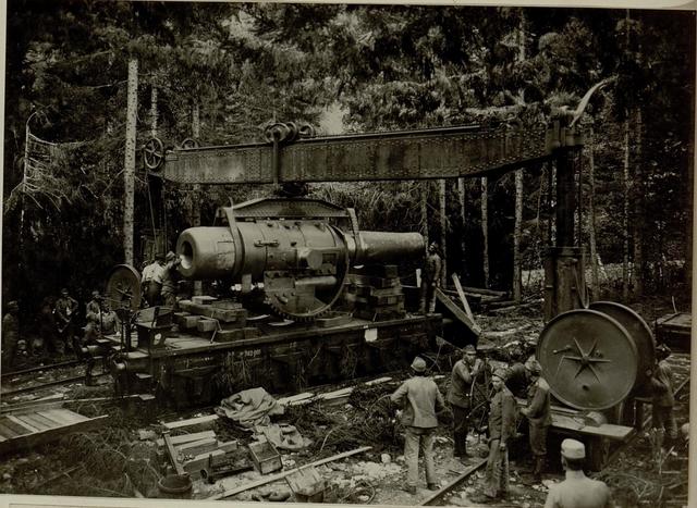 Küsten Haubitzen L/15, Batterie 3, Stellung im Lesachtal. Rohr wird mittels Kran vom Wagen gehoben. Aufgenommen am 19. August 1916.
