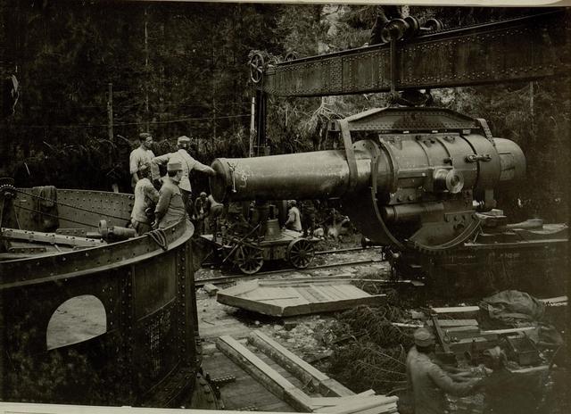Küsten Haubitzen L/15, Batterie 3, Stellung im Lesachtal. Rohr wird vom Wagen zum Turm geleitet. Aufgen.20.VIII.1916.