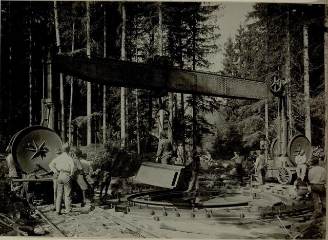 Küsten Haubitzen L/15, Batterie 3, Stellung im Lesachtal. Untersatz vom Pivotring wird auf dem Bettungsring mittels Kran niedergelassen. Aufgenommen am 16. August 1916.
