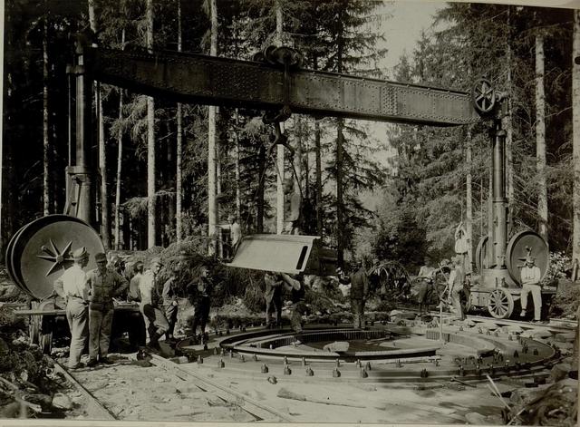Küsten Haubitzen L/15, Batterie 3, Stellung im Lesachtal. Untersatz vom Pivotring freihängend wird vom Wagen gehoben und zum Bettungsring geleitet. Aufgenommen am 16.VIII.1916.
