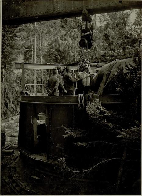 Küsten Haubitzen L/15, Batterie 3, Stellung im Lesachtal. Verschluss wird in das Rohr eingeführt. Aufgen.20.VIII.1916.