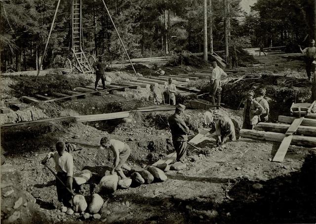 Küsten Haubitzen L/15, Batterie3, Stellung im Lesachtal. Bettungsgrube wird gegraben. Aufgen.14.VIII. 1916.