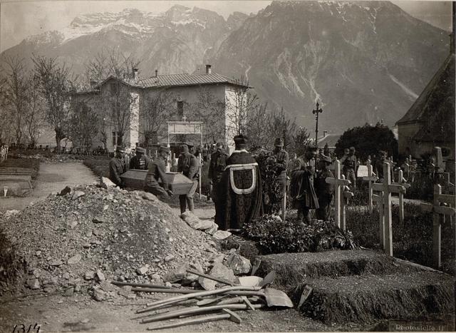 Levico.Begräbnis der abgeschossenen englischen Flieger-Offiziere.