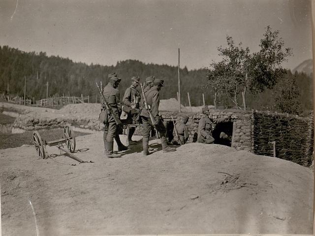 Mittlerer Granatwerfer wird vom Karren in den Schützengraben getragen. (30/6.1917.)
