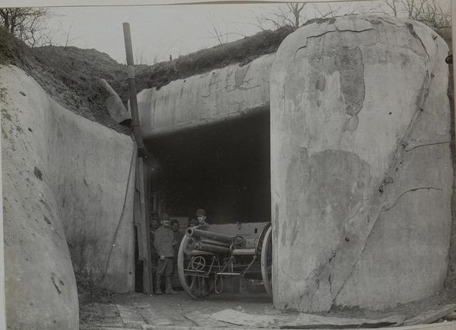 Moderne Feldkanone als Flankierungsgeschütz, steht tagsüber im bombensicheren Unterstand und wird Nachts, respektive im Momente der feindlichen Infanterie Angriffe in die Schwarmlinie gebracht, beim Sperrfort Dubno, zweite Batterie des Feldkanonenregiments 6