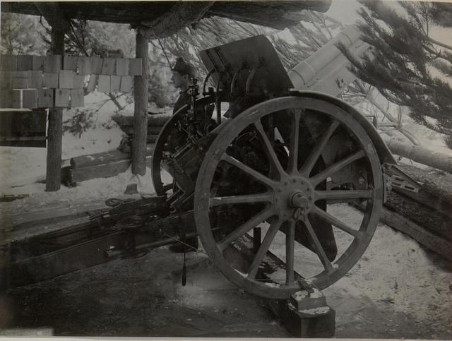 Moderne Skoda 15cm-Haubitze in Stellung