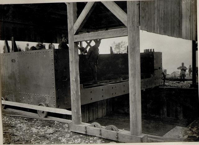 Montierung einer 42 cm Haubitze in Serrada