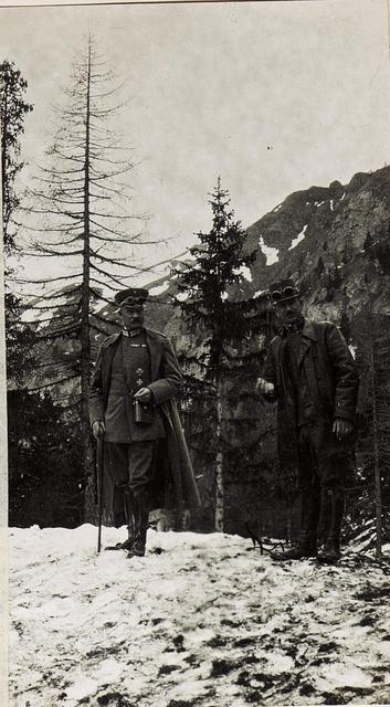 Oberst von Estorff, erster Flügeladjutant des deutschen Kaisers und Oberstleutnant Wittich des Heeresgruppenkommandos. Anhöhe südlich Belvedere (1986m). Geführt um die Marmolatagletscherstellung zu besichtigen, 17.5.1917.