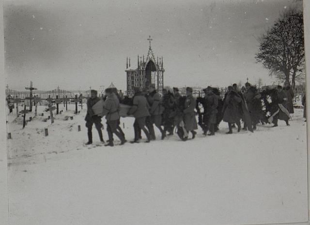 Offiziere der 5/103 tragen den Sarg des Major Strohhofer zum Grabe