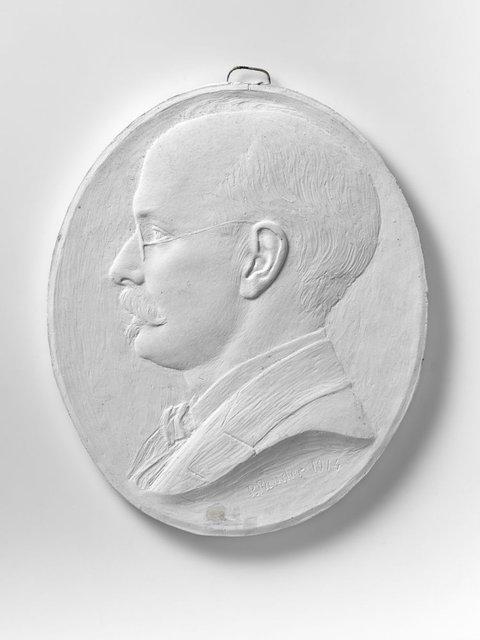 Portret van dr. Cornelis Evert Peters. Naar links gericht met snor en bril. En profile. Dr. Peters was arts te Heerenveen. Hij maakte kennis met Pier Pander in 1907, toen           hij hem behandelde in Heerenveen.