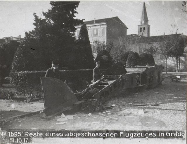 Reste eines abgeschossenen Flugzeuges in Grado 31.10.17.