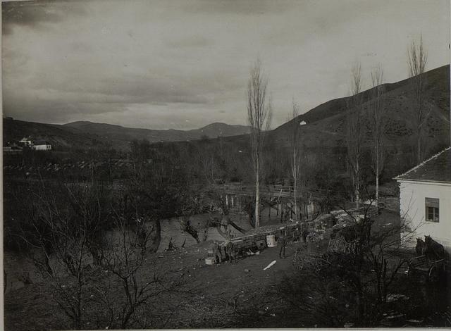 Serbische Munition wird aus dem Raschkabach gefischt. Raschka. Dezember 1915.