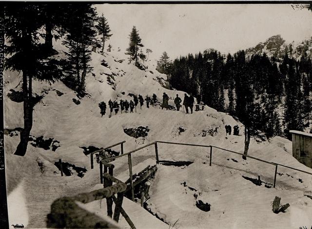 Soldatengräber auf der unteren Straniger Alm, rechts dasjenige des Mario Musso, Hauptmann des 2.Alpini Regiments,  verwundet am 14.September 1915 beim Sturme auf den Findeniggkofel, gestorben am 17.September 1915 auf der Straniger Alm.