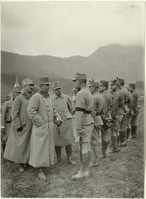 Sr. k.u.k.Hoheit inspiziert die 48. ITD. Im Gespäch mit einem Offizier des Lst.Bataillons Nro. 13. Standpunkt: Laas. Aufgenommen, am 23. SEptember 1915.