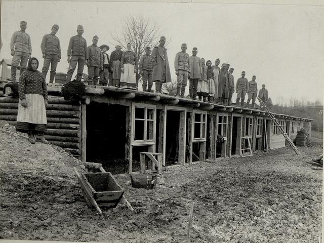 Stabile Feldbäckerei im Bau. Aufgenommen am 12.IV.1916.