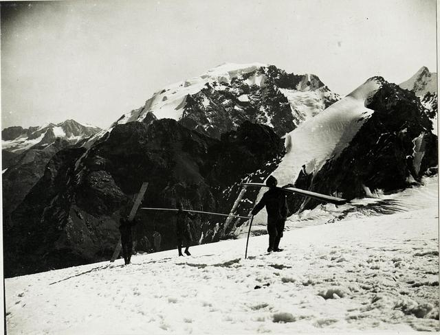 Standpunkt Monte Livrio: Bretter tragen von der Seilbahn.