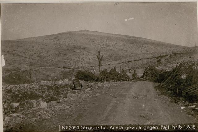 Strasse bei Kostanjevica gegen Fajti hrib