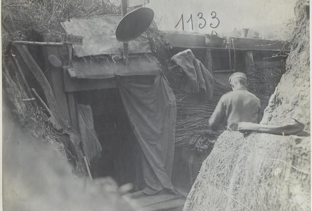 Szene im Schützengraben an der Narajowka (R.I.R.250) beim Verlassen gelegentlich der Offensive Juli 1917.