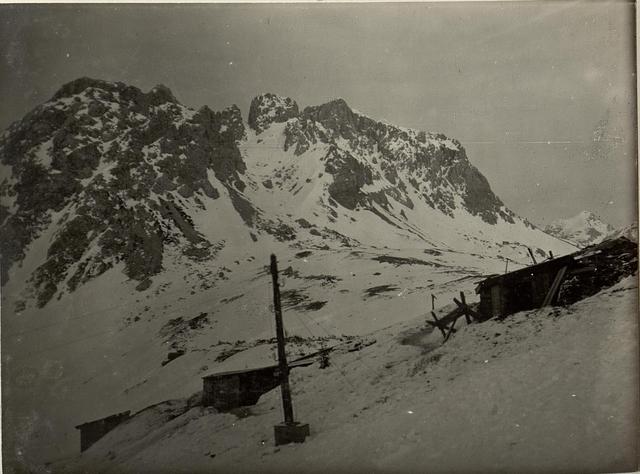 Telephon- und Kommandohütte der 4.Kompagnie des Lst.Inf.Bataillons Nro.150. Standpunkt: Bei Kote 1777 südöstlich der Rattendorfer Alm.