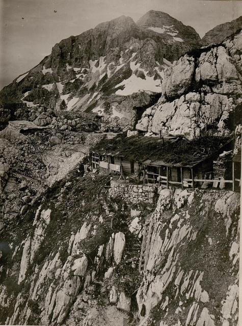 Unterstände am kl.Schlichtl.Im Hintergrund d.Kl.u.Gr.Confin. (4/7.1917.)