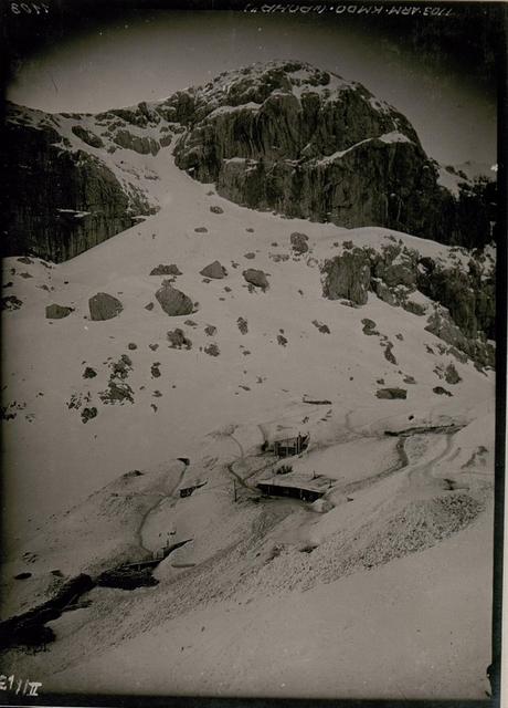 Unterstände der Lst.4/10 auf dem Rudniksattel (1962) Hintergrund der Nordwestl.Gipfel Kote 2222 des Rosskofel.