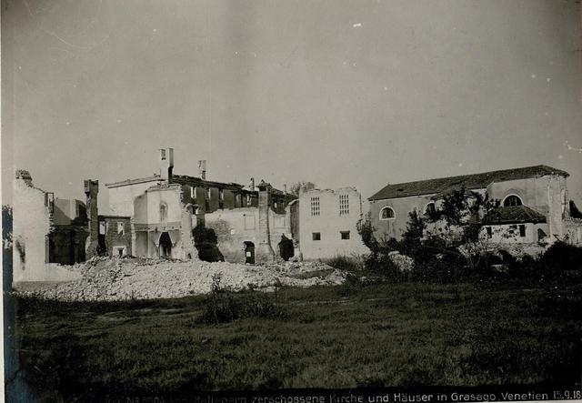 Von Italienern zerschossene Kirche und Häuser in Grasago, Venetien