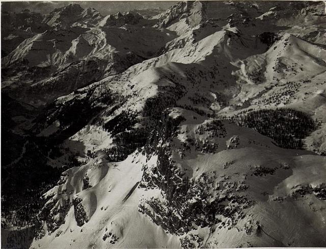 Von links nach rechts: Buchensteintal mit Dolomitenstraße dann vorne Sasso di Stria, Col di Lana, Monte Sief.