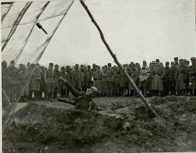 Werfen der Handgranaten im Fangnetz, welches als Schutz gegen feindliche  Granaten vor die eigenen Trichterstellungen aufgestellt wird.