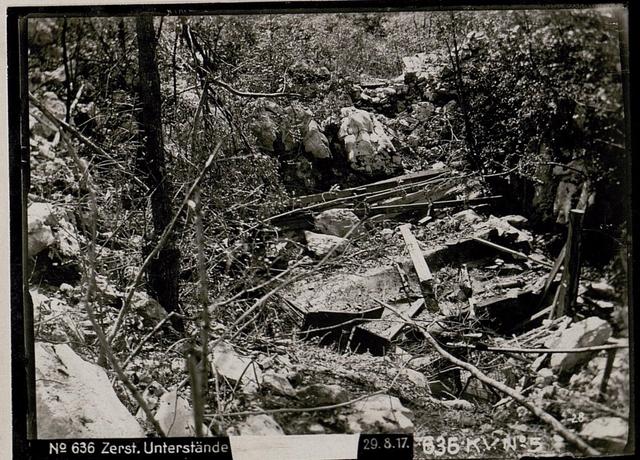 Zerstörte Unterstände auf der Hermada Divisions-Bauhof 35.