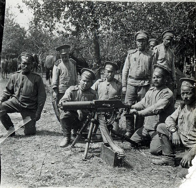 Группа военнослужащих Гроховского полка у пулемета