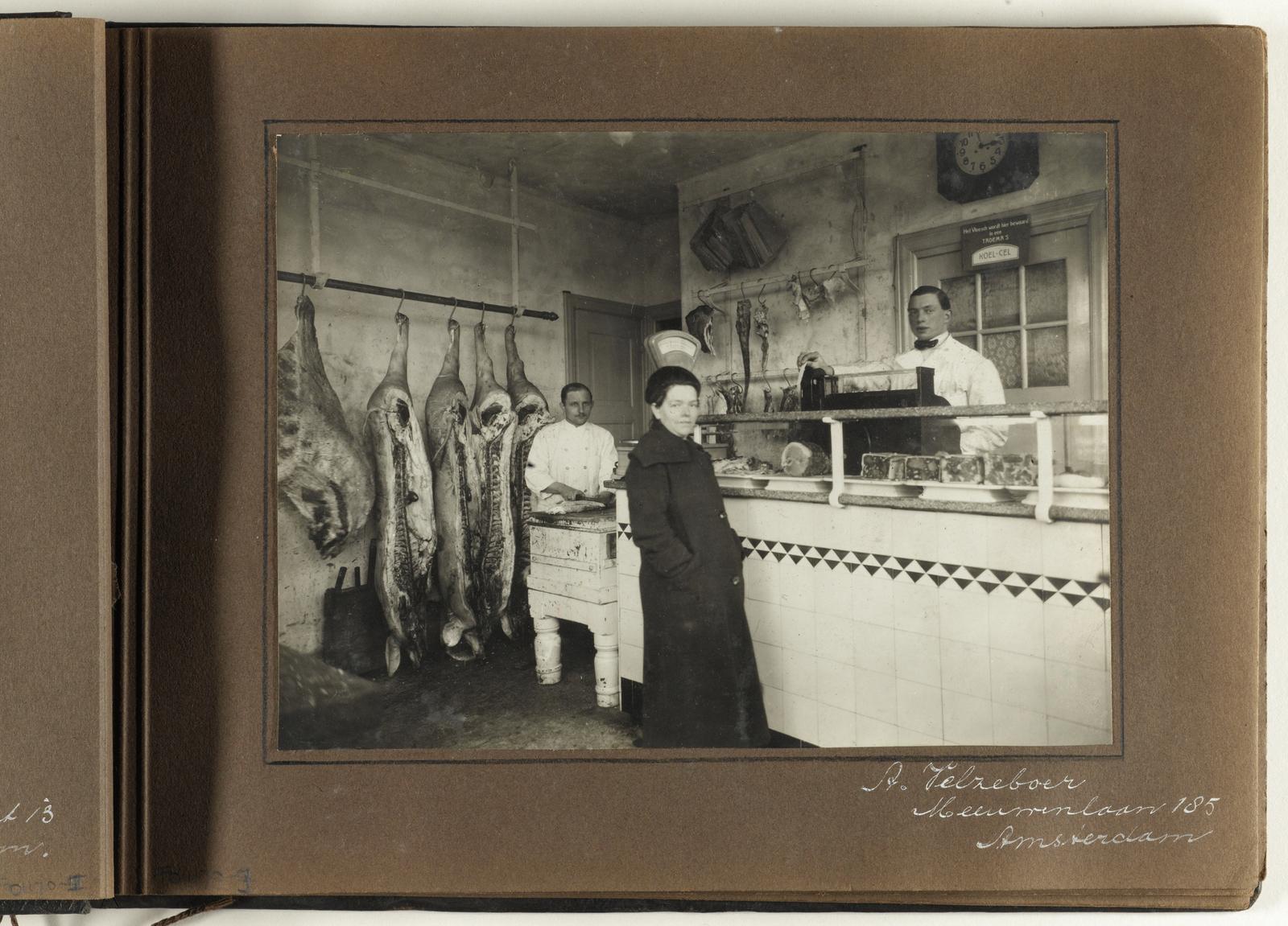 Interieur van de slagerij van A. Velzeboer, Meeuwenlaan 185 ...