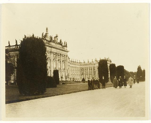 Groep Amerikaanse toeristen bij  paleis Sanssouci, Potsdam