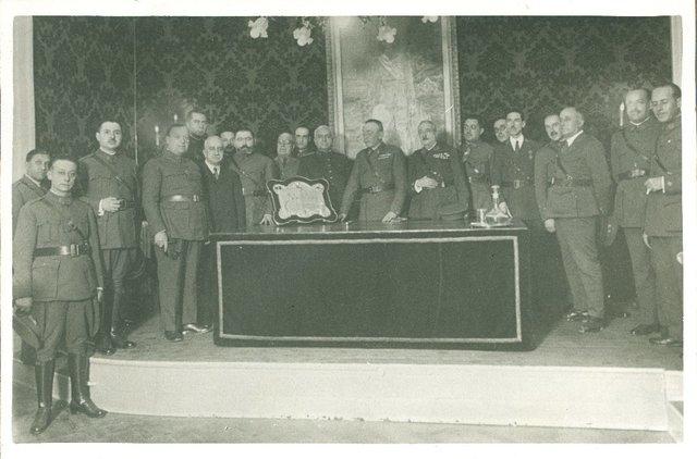 Acto de la entrega al Inspector de Farmacia don Félix Gómez Díaz de la placa que le regaló el Cuerpo de Practicantes Militares de Farmacia, celebrado en el Laboratorio Central de Medicamentos, el día 26 de noviembre de 1929 [Material gráfico]