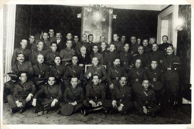 Homenaje de los practicantes militares de Farmacia al Inspector Farmacéutico Excmo Sr. Don Félix Gómez Díaz [Material gráfico]