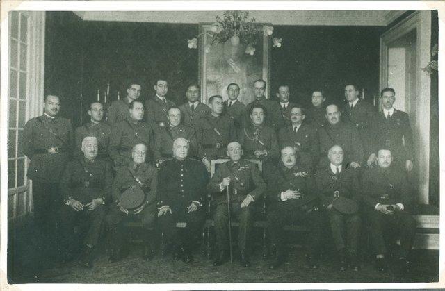 Los jefes y oficiales farmacéuticos de Madrid, con el Inspector don Félix Gómez Díaz, que asistieron al homenaje que le tributó el Cuerpo de Practicantes Militares de Farmacia en Madrid el día 26 de noviembre de 1929 [Material gráfico]