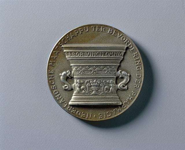 100-Jarig bestaan der Nederlandsche Maatschappij tot bevordering der pharmacie 1842 - 1942